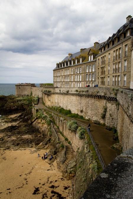 Les remparts de Saint Malo et la plage.