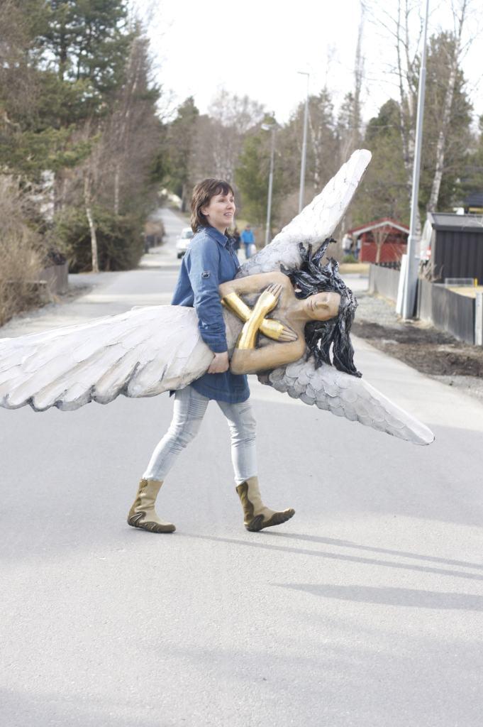 Engel under armen, Ingun Dahlin, keramikk, lys i mørket, skulptur