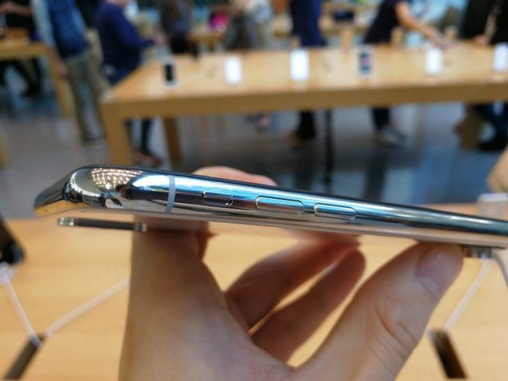iphonexのシルバーモデルの音量ボタン