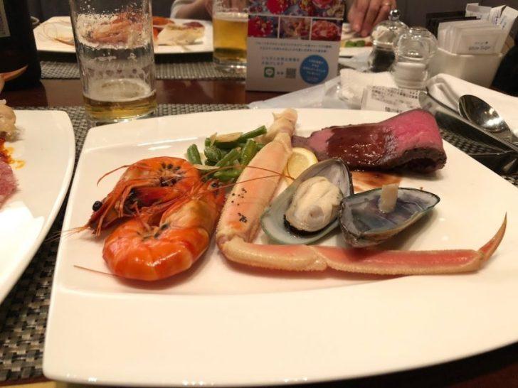 ヒルトン東京マーブルラウンジでデザート&ディナーいちごブッフェの盛り付け