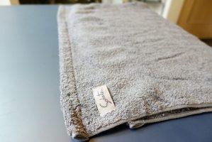 テーブルの上にギフトに最適な育てるタオルfeelのバスタオルを広げる