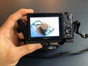 sony純正レザーケースを装着したrx500mの液晶画面