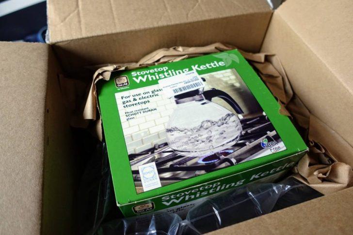 輸入代行の「XBORDER」で送られて来たwhistling kettleがダンボールの中に梱包されている様子