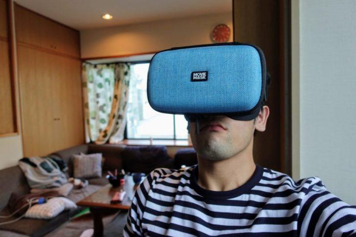 moviemaskを頭に装着しているガジェットブロガーのdaiking