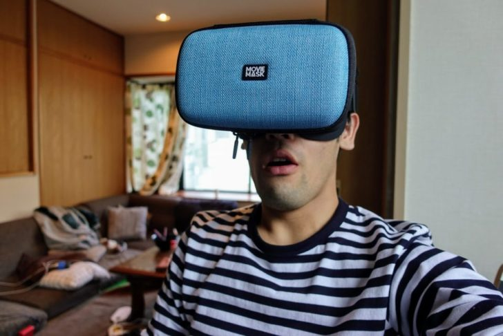 moviemaskを頭に装着して驚くガジェットブロガーのdaiking