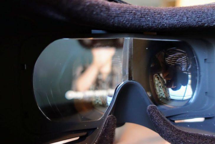 moviemaskの内部のスマートフォンで映画鑑賞しているようす