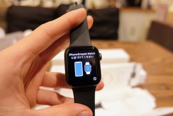 apple_watch_series4_spacegray_aluminum_40mmの画面にiPhoneをapple_watchに近ずけてくださいと言う表示と絵