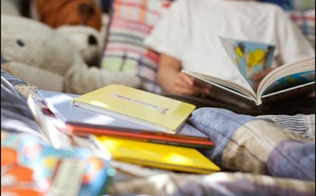 کتاب پڑھنے پر اپنے بیٹے کو ڈالر دینے والا باپ، تنقید کی زد میں