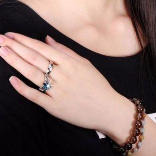 pictures of wedding rings on fingers by jewelryforests