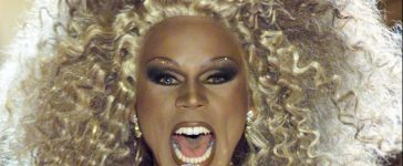 """Entertainer RuPaul sings on stage at the taping of the VH1 special, """"VH1 Divas 2000: A Tribute to Diana Ross"""" in New York, April 9. Musicians Faith Hill, Mariah Carey, Donna Sumer, and Diana Ross herself, will each sing songs previously performed by Ross. (photo: Reuters BR) - RTR2ZLG"""