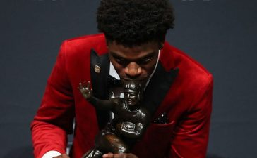 Lamar Jackson of the Louisville Cardinals poses for a photo after being named the 82nd Heisman Memorial Trophy Award winner during the 2016 Heisman Trophy Presentation at the Marriott Marquis on December 10, 2016 in New York City. (Photo by Michael Reaves/Getty Images)