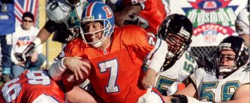 Jacksonville Jaguars' linebacker Tom McManus (55) and defensive end Jeff Lageman (R) stop Denver Broncos' quarterback John Elway (7) on a quarterback sneak at the goal line in the first quarter of their AFC Divisional playoff game in Denver January 4: Reuters