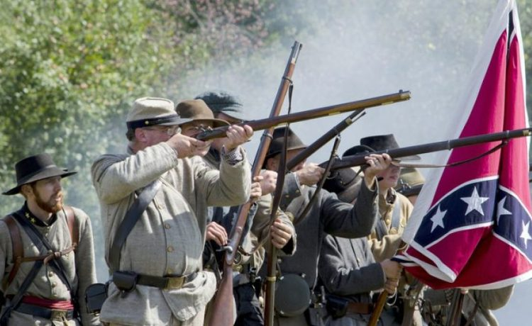 A reenactment of Confederate soldiers (Shutterstock/iyd39)