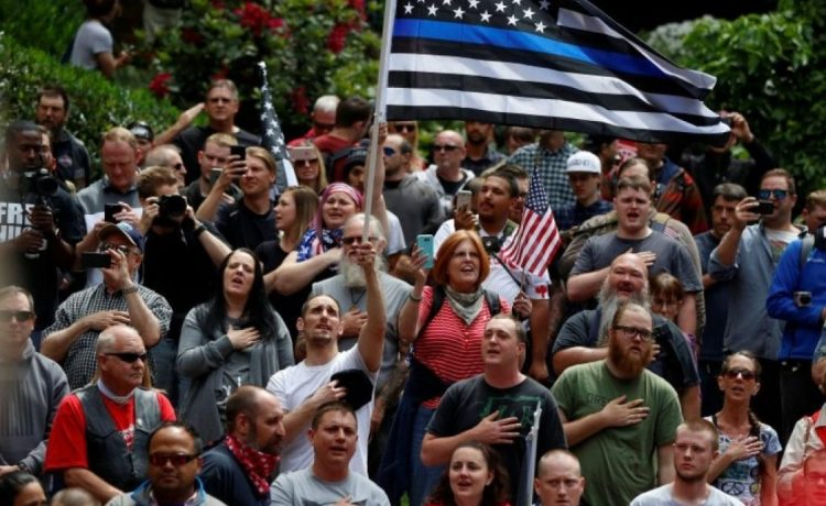 Conservative protesters recite the National Anthem during competing demonstrations in Portland, Oregon, U.S. June 4, 2017. REUTERS/Jim Urquhart