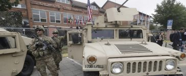 U.S. soldiers stand near a Humvee vehicle during the NATO Force Integration Unit inauguration event in Vilnius, Lithuania, September 3, 2015. REUTERS/Ints Kalnins - RTX1QVG5