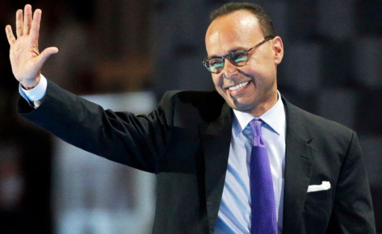 Representative Luis Gutierrez (D-IL) waves. (Photo: REUTERS/Gary Cameron)