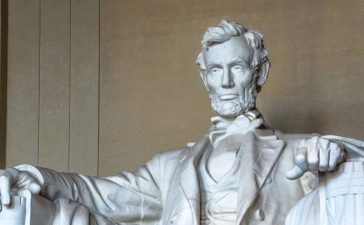 Abraham Lincoln monument in Washington, DC (Shutterstock/Oomka)