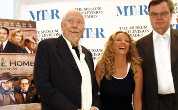 "Director Robert Altman (L) poses with cast member Virginia Madsen and screenwriter Garrison Keillor (R) at the DVD release party for ""A Prairie Home Companion"" at the Museum of Television & Radio in Beverly Hills October 3, 2006. REUTERS/Mario Anzuoni"