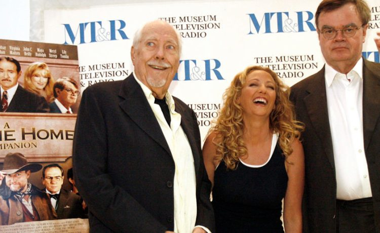 """Director Robert Altman (L) poses with cast member Virginia Madsen and screenwriter Garrison Keillor (R) at the DVD release party for """"A Prairie Home Companion"""" at the Museum of Television & Radio in Beverly Hills October 3, 2006. REUTERS/Mario Anzuoni"""