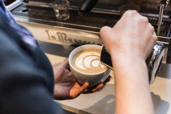Nossa-Familia-Coffee-latte-pouring-01