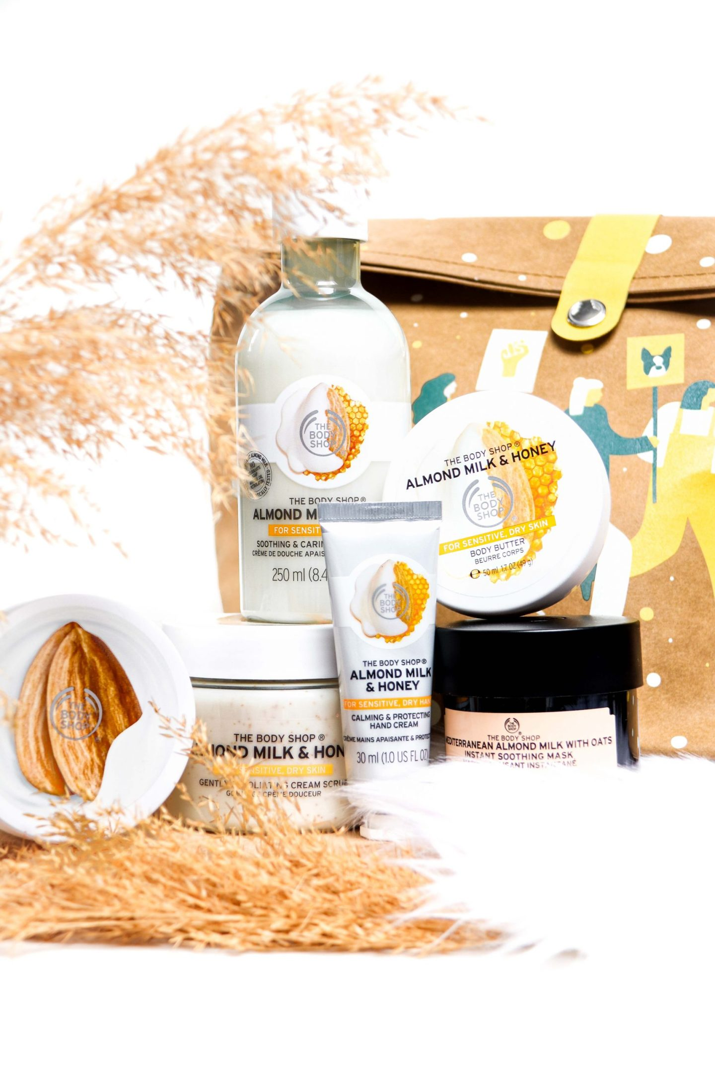 THE BODY SHOP KERSTCOLLECTIE SOOTHING ALMOND MILK & HONEY ULTIMATE GIFT BAG 2