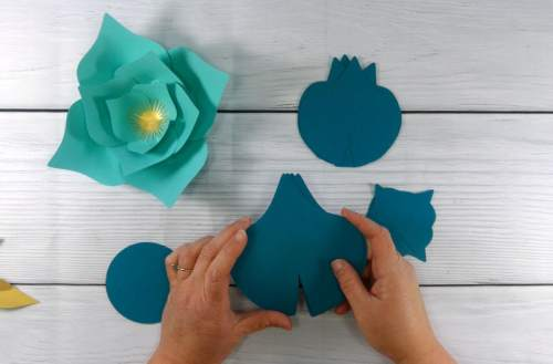 Separate the paper flowers petals by size to assemble your paper flowers
