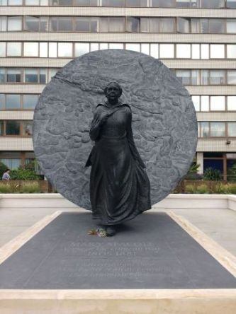 Mary_Seacole_statue_St_Thomas_Hospital_front_view