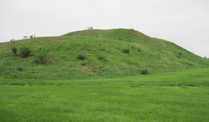 Monks_Mound_Cahokia_3995a