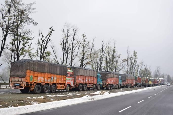 بھیڑ بکریوں سے بھری 18 ٹرکیں پانچ رو زسے ادھم پو ر میں روک دی گئیں