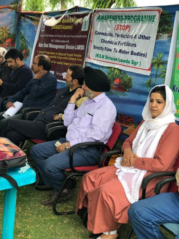 واٹر شیڈ منیجمنٹ سسٹم لاوڈا اور کے۔ وی۔ کے ۔شیر کشمیر زرعی یونیورسٹی شالمار کے ہاعمی اشتراک سے ڈھل بچاو جانکاری کیمپ کے حوالے سے منعقدہ تقریب ۔۔۔۔فوٹو الحاق