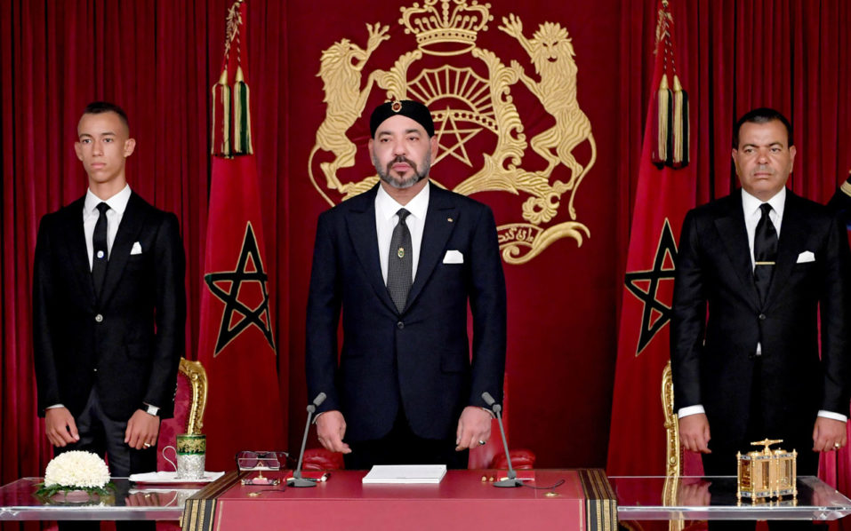 This handout picture released by the Moroccan Royal Palace shows Morocco's King Mohammed VI (C) delivering a speech to mark the 19th anniversary of his accession to the throne, beside his brother Prince Moulay Rachid (R) and son Hassan III, in Al Hoceima on July 29, 2018. / AFP PHOTO / Moroccan Royal Palace / Handout / RESTRICTED TO EDITORIAL USE - MANDATORY CREDIT