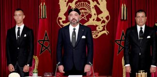 """This handout picture released by the Moroccan Royal Palace shows Morocco's King Mohammed VI (C) delivering a speech to mark the 19th anniversary of his accession to the throne, beside his brother Prince Moulay Rachid (R) and son Hassan III, in Al Hoceima on July 29, 2018. / AFP PHOTO / Moroccan Royal Palace / Handout / RESTRICTED TO EDITORIAL USE - MANDATORY CREDIT """"AFP PHOTO / MOROCCAN ROYAL PALACE"""" - NO MARKETING NO ADVERTISING CAMPAIGNS - DISTRIBUTED AS A SERVICE TO CLIENTS"""