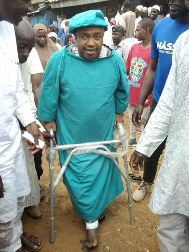 Hospitalized Buhari campaign coordinator, Pasali, comes to Polling Unit on crutches