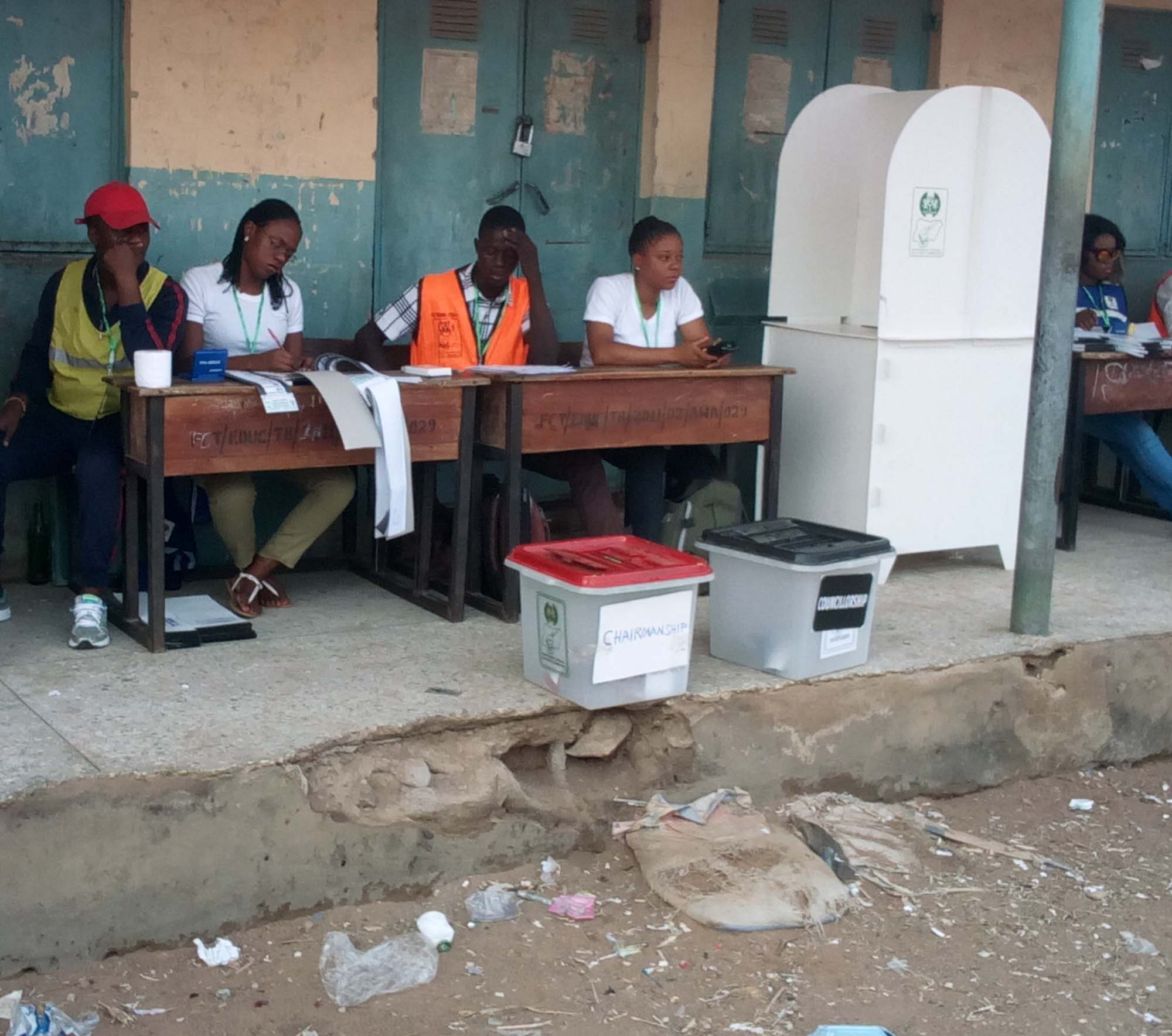 Electoral officials waiting for voters at polling unit, during the FCT Area Council in Gwagwalada, Abuja on Saturday (9/3/19). 01976/9/3/2019/ Harrison Arubu/JAU/NAN