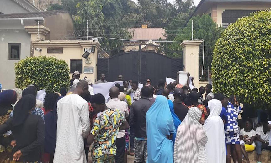 Protests, allegedly sponsored by agents of the Nigerian government, have been staged at the Nigeria office of Amnesty International in Abuja, following rights group's call for the release of detained Shi'ite leader Ibrahim El-Zakzaky and retweeting #RevolutionNow movement post