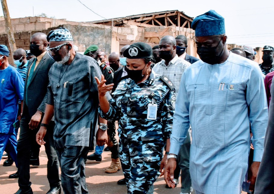 From left: Gov. Rotimi Akeredolu of Ondo; Commissioner of Police in Oyo state, Mrs Ngozi Onadeko; and Gov. Seyi Makinde of Oyo, during an assessment visit by the governors to Shasha Market, after the crisis in Ibadan on Sunday (14/2/21). 00585/14/2/2021/Timothy Adeogodiran/HB/NAN