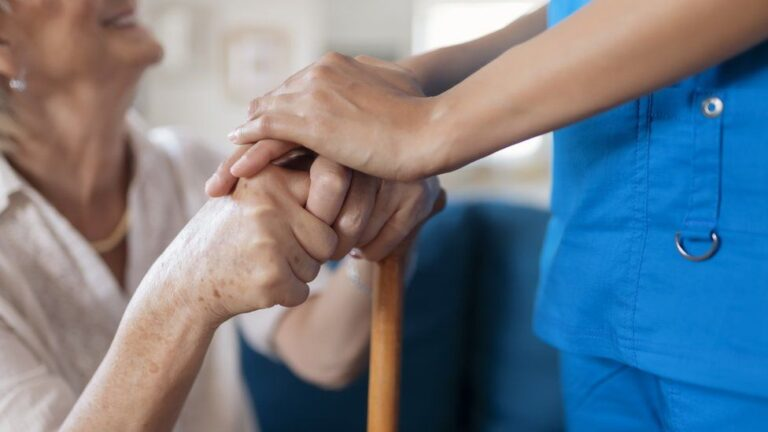 COVID-19: Vaccination will be mandatory for home care staff in Britain