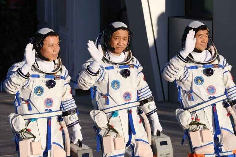 Chinese astronauts return to Earth after 3 months in space