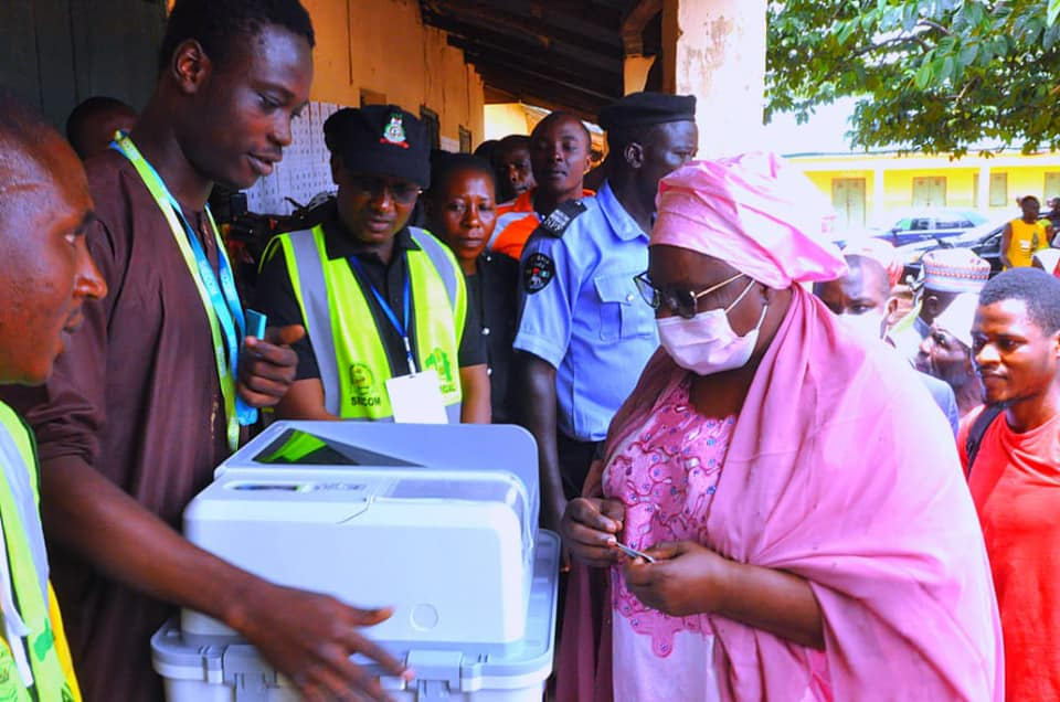 The Deputy Governor, Dr Hadiza Sabuwa Balarabe has cast her vote in her Polling Unit of Gwantu B. She commended the peaceful conduct of the election in Sanga Local Government Area.