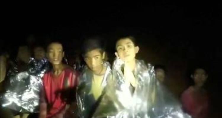 تھائی لینڈ میں 2 ہفتوں سے غار میں پھنسے 8 بچوں کو نکال لیا گیا، باہر آتے ہی انہوں نے کیا چیز مانگی؟ جان کر آپ کی بھی آنکھیں نم ہوجائیں