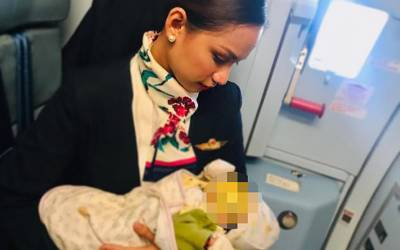 مسافر کے نومولود بچے کو روتا دیکھ کر ائیرہوسٹس نے ایسا کام کردیا کہ ہر کسی کے دل لوٹ لئے