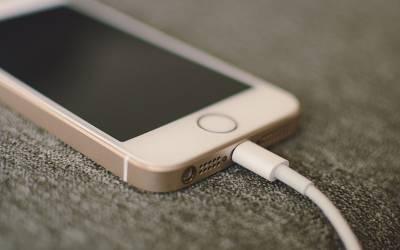 آئندہ کبھی بھی ریلوے سٹیشن یا ائیرپورٹ پر اپنا موبائل چارج نہ کریں، بڑا نقصان ہوسکتا ہے کیونکہ۔۔۔