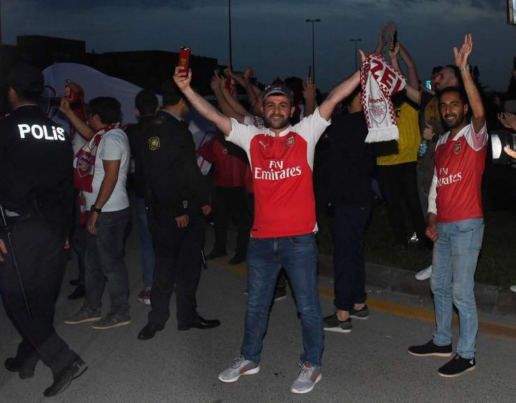 arsenal squad arrives in baku ahead of europa league final [photos] Arsenal squad arrives in Baku ahead of Europa League final [PHOTOS] D7beB EW4AAhvzC