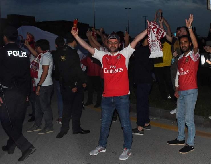 arsenal squad arrives in baku ahead of europa league final [photos] Arsenal squad arrives in Baku ahead of Europa League final [PHOTOS] D7beB EW4AAhvzC