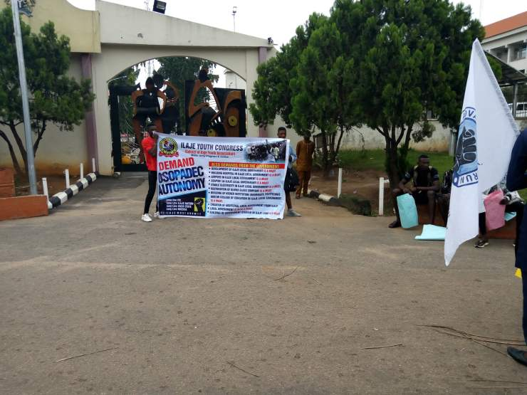 breaking: ondo youths shut down gov. akeredolu's office BREAKING: Ondo youths shut down Gov. Akeredolu's office 52DF46D0 E9B6 48A4 BBAE 4588E0F50FC1