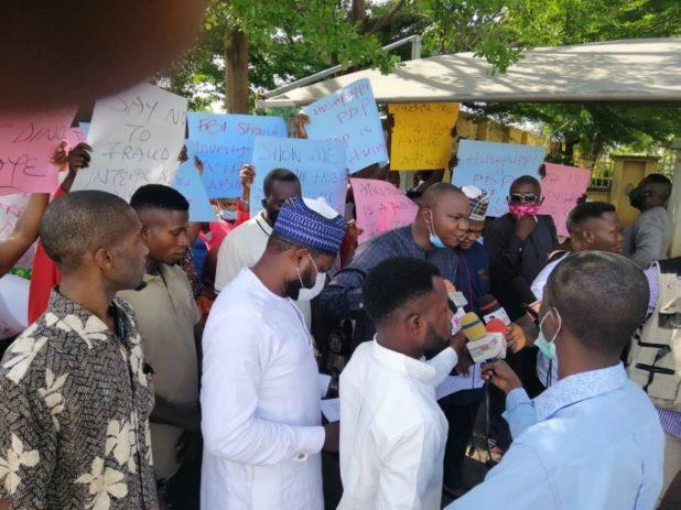 IMG 0184 1024x767 - Hushpuppi: Protesters storm US Embassy, demand arrest of Atiku, Dino Melaye [PHOTOS]