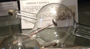 Parmi les découvertes liées à la production de l'électricité, il y a l'ampoule à rayons X