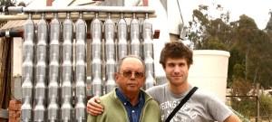 """Nicolas Bruyr (à droite), lauréat du prix """"Ingénieurs sans frontières Philippe Carlier"""", au Chili, devant un chauffe-eau solaire domestique fabriqué au départ de bouteilles de soda."""