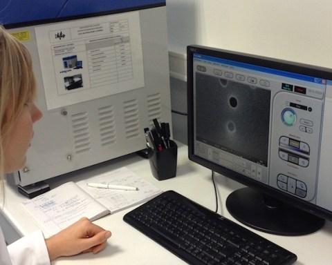 Vérification au microscope électronique de la taille et de la densité des pores sur une membrane d'it4ip.
