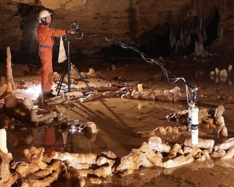 Vue générale de la salle dans la grotte de Bruniquel (France). Prise de mesures pour l'étude archéo-magnétique. © Etienne FABRE - SSAC